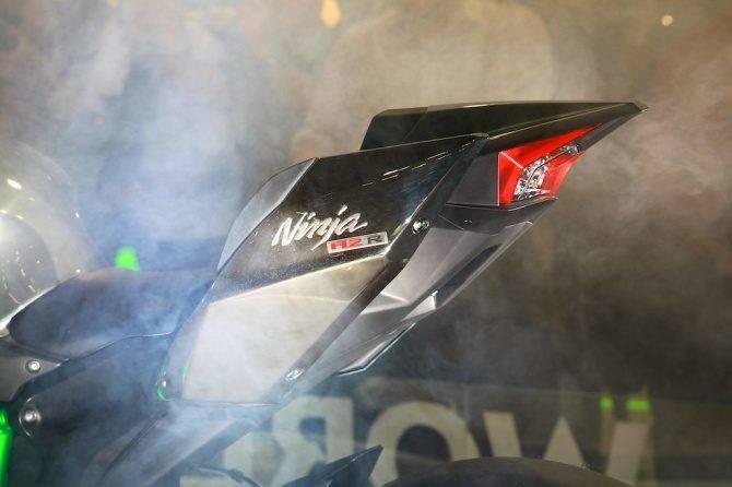 RÅSKINN: Banesykkelen - eller strengt tatt konseptsykkelen - H2R har supercharger, vinger og 300 hester.